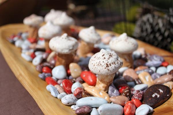 "DIY Meringue And Marshmallow ""Mushrooms"""