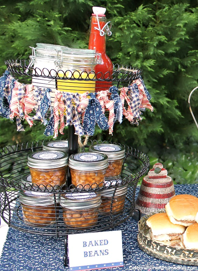 Baked beans in mini mason jars, and condiments for a cookout. Get more ideas and FREE printables here.