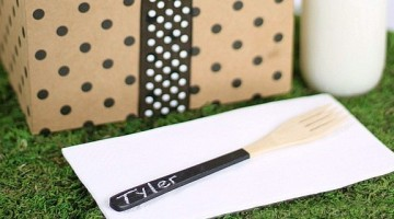 Make these diy chalkboard painted wooden utensils for a stylish picnic or kids party.