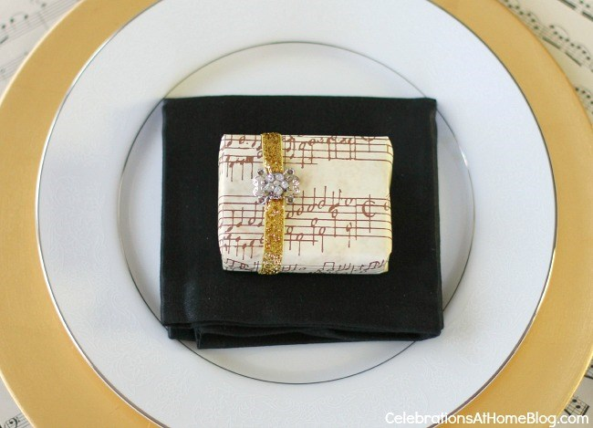 musical christmas place setting with favor
