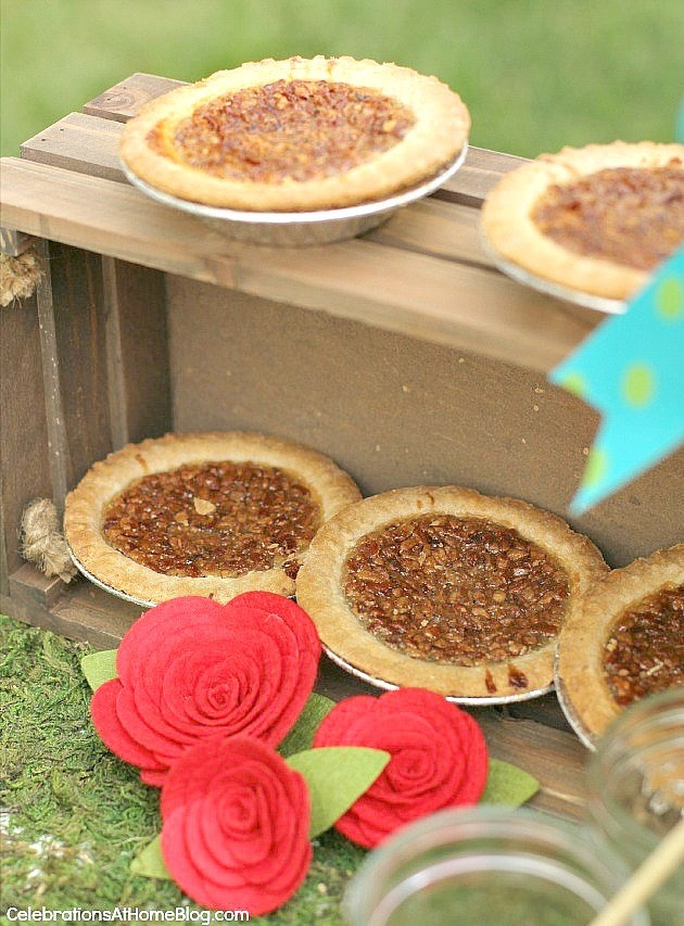These are my top tips & recipes to host the best derby viewing party, guaranteed! Decor, inspiration, classic food & drink, all right here! - dessert mini pecan pies