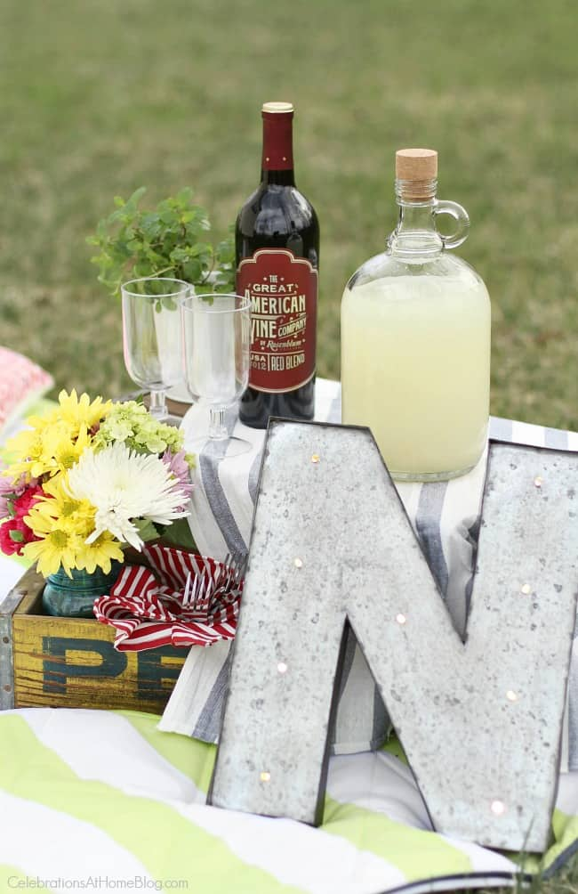 Host a family picnic with decorating ideas, tip, and food recipes, here.