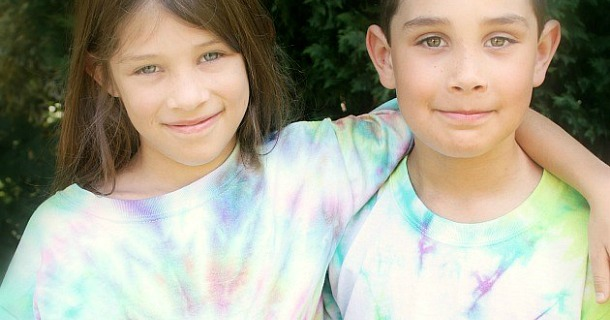 How to Tie Dye T-Shirts with the Kids