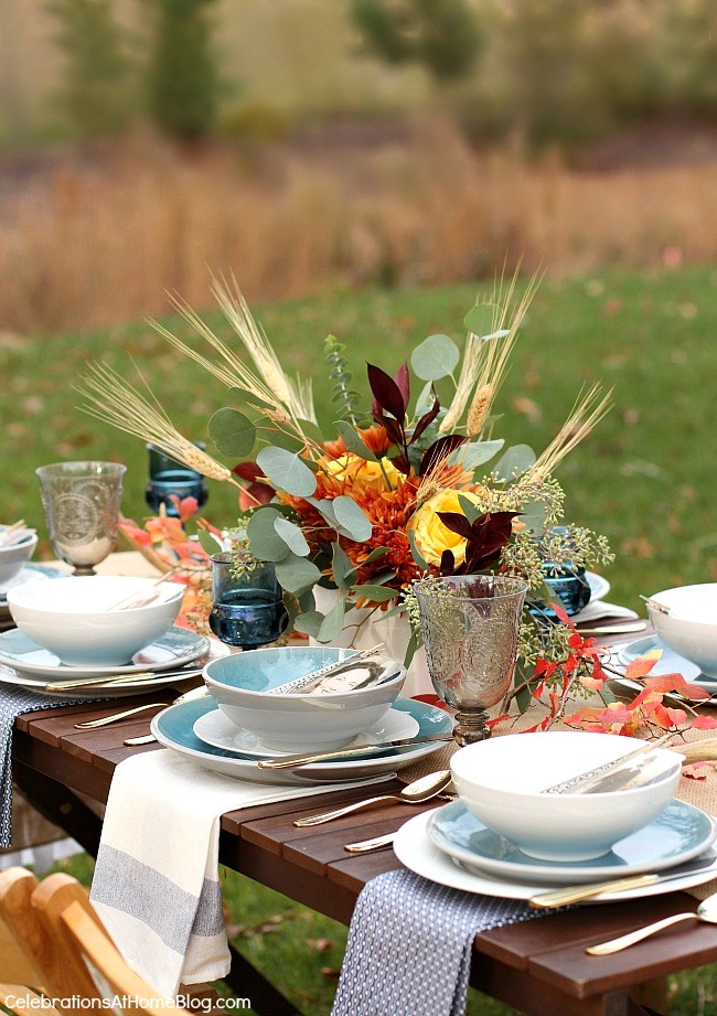 Set a simple and elegant Thanksgiving table with these inspirational photos.