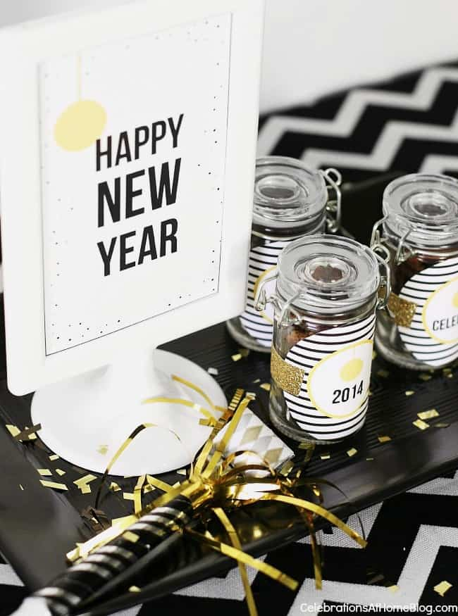 Host a new years eve party and use these free printable signs on your party buffet. #newyearseve #happynewyearsign