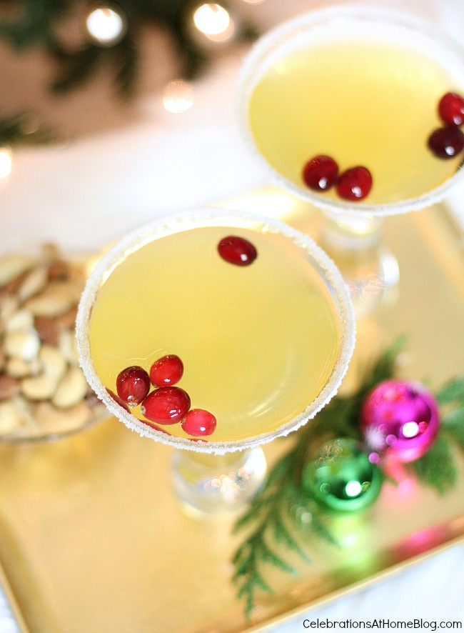 You'll love this delicious Christmas cocktail. Make it your signature drink and serve it at a gold themed party. #Christmascocktail #cocktail