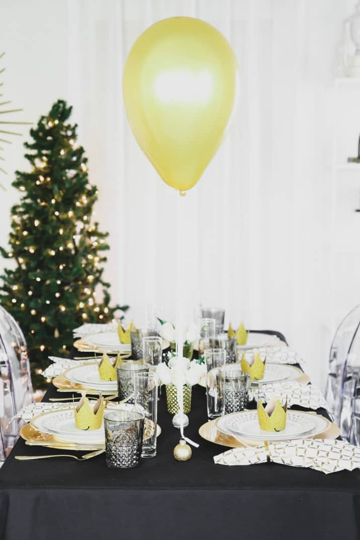 black & gold Table setting with balloons centerpiece