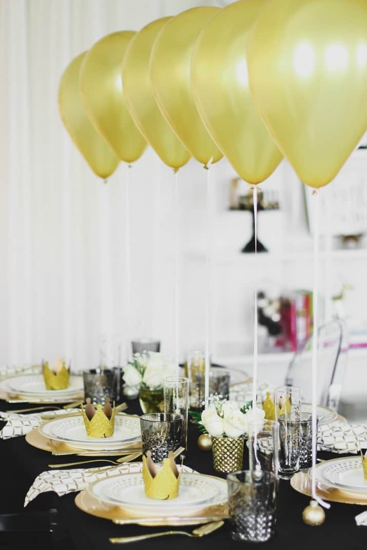 table setting with balloons centerpiece