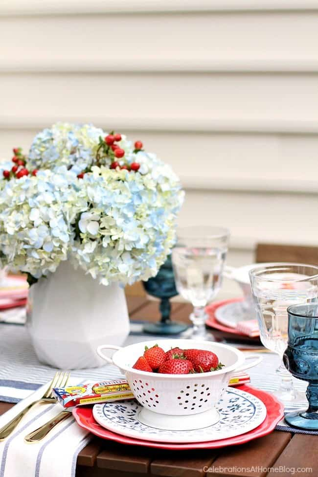 red white & blue party tablescape place setting
