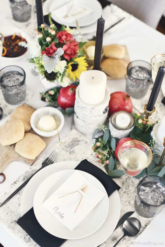 Set a Black & White Tablescape for Thanksgiving this year for a modern take on tradition. Fresh flowers and organic elements bring in pops of color. Get all the inspiration here. #blackandwhite #tablescape #thanksgiving #entertaining #thanksgivingtable