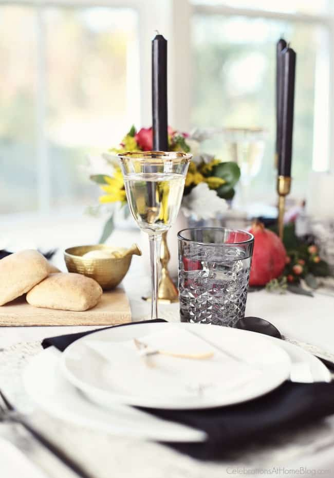 Set a Black & White Tablescape for Thanksgivingthis year for a modern take on tradition. Fresh flowers and organic elements bring in pops of color. Get all the inspiration here. #blackandwhite #tablescape #thanksgiving #entertaining #thanksgivingtable