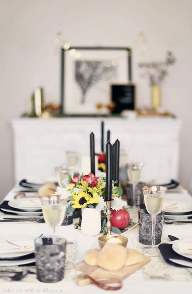 Set a Black & White Tablescape for Thanksgiving this year for a modern take on tradition. Fresh flowers and organic elements bring in pops of color. Get all the inspiration for Thanksgiving entertaining here. #blackandwhite #tablescape #thanksgiving #entertaining #thanksgivingtable