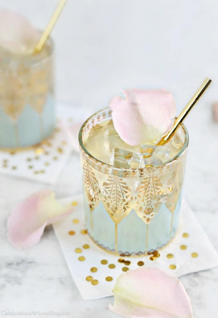 This Elderflower Gin Fizz cocktail recipe is delicious!
