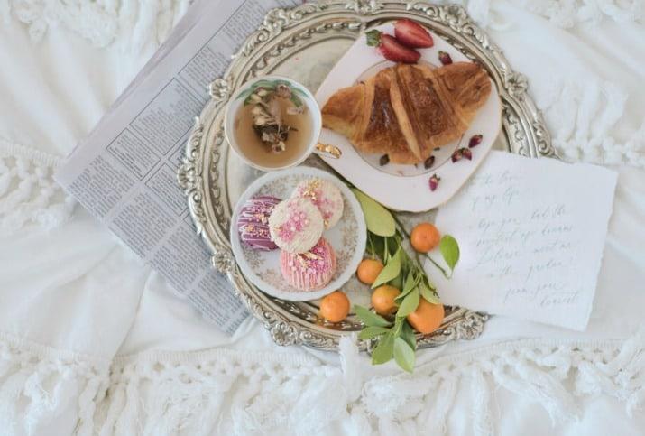 romantic wedding day ideas-breakfast in bed
